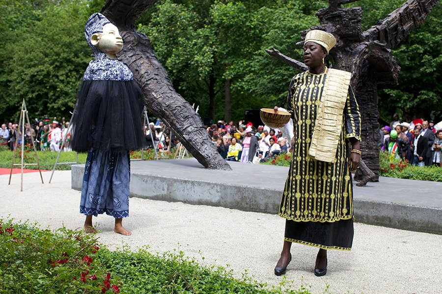 Ancestral Kabra Mask by Boris van Berkum and Winti Priestess Marian Markelo in front of the Dutch Slavery Monument